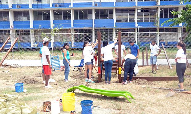 Conexión Parque llega a la Escuela En Busca de un Mañana junto a la Gira Ford: Impulsando Sueños y Young Emerging Leaders